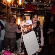 Patricia van der Hurk neemt het eerste exemplaar van Business in Nijkerk in ontvangst.